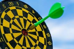 Unternehmensziele oder Zielkonzept mit selektivem Fokus auf einem Pfeil Lizenzfreie Stockfotografie
