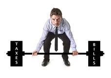 Unternehmenszusammensetzung der jungen attraktiven Geschäftsmannenergie, die schwere Gewichtssteuern und -rechnungen anhebt lizenzfreies stockbild