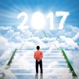 Unternehmer, der auf dem Treppenhaus mit Nr. 2017 steht Lizenzfreie Stockbilder