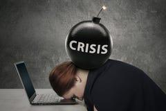 Unternehmer, der auf Laptop mit Krisenbombe schläft lizenzfreies stockbild