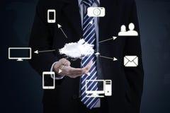 Unternehmer, der Datenverarbeitungsdiagramm der Wolke hält Lizenzfreie Stockfotografie