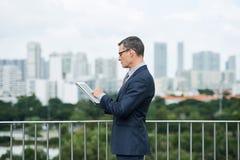 Unternehmer, der E-Mail überprüft stockfotos