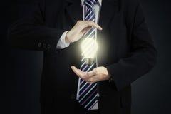Unternehmer der Glühlampe in der Hand Lizenzfreie Stockfotografie