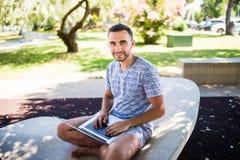Unternehmer, der an Idee auf seinem Laptop arbeitet Junge Frau der Schönheit auf städtischem Hintergrund lizenzfreies stockfoto
