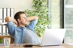 Unternehmer, der im Büro sich entspannt und denkt stockbild