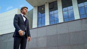 Unternehmer, der tief, gestört mit Telefonanruf vom Partner, Frist atmet lizenzfreies stockfoto