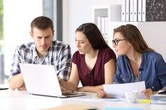 Unternehmer, die im Büro coworking sind lizenzfreie stockbilder