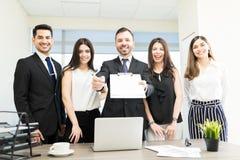Unternehmer, die Pen And Offer Letter In-Büro geben lizenzfreie stockfotos