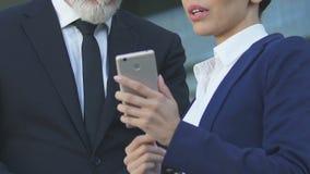 Unternehmer, die Telefon verwenden, um Geschäft, Mobilität und Bequemlichkeit zu koordinieren stock video footage