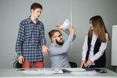 Unternehmer möchte einen Untergebenen für schwache Leistung schlagen Lizenzfreies Stockfoto