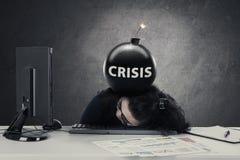 Unternehmer schläft mit Krisenbombe oben lizenzfreie stockfotos
