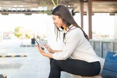 Unternehmer-Using-E-Leser außerhalb des Büros stockfotos