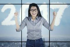 Unternehmer zeigt Erfolgsausdruck mit 2017 Lizenzfreie Stockfotos