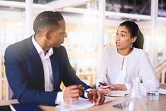 Unternehmerfrau, die dem wohlhabenden männlichen Investor einen Geschäftsantrag macht lizenzfreie stockfotos