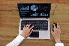 Unternehmerhände, die mit Laptop arbeiten Lizenzfreie Stockbilder