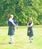 Unterricht: Spielen der Bagpipes. lizenzfreies stockbild