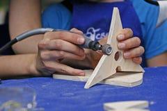 Unterrichten eines Kindwoodcarving Lizenzfreies Stockbild