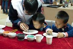 Unterrichten Sie chinesische Malerei auf China-Platte Stockfoto