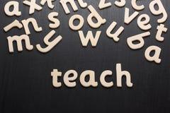 Unterrichten Sie in den hölzernen Buchstaben Stockbild