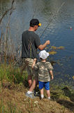Unterrichten Sie einen Jungen, 3 zu fischen Stockfoto