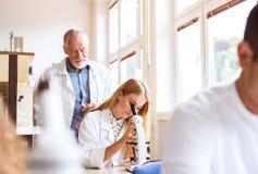 Unterrichtende Biologie des älteren Lehrers zum hohen Schüler lizenzfreies stockfoto
