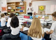 Unterrichtende Blumenstruktur des Lehrers zum Studenten lizenzfreie stockbilder