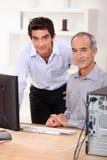 Unterrichtende Datenverarbeitung zum Senior Stockfotos