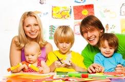 Unterrichtende in Handarbeit zu machen Kinder Lizenzfreies Stockfoto