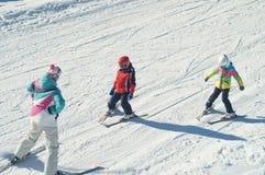 Unterrichtende junge Skifahrer stockfotografie