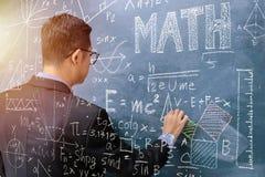 Unterrichtende Mathematik, rechte Hand hält Kreide Grafiken stellen Matte her stockfotos