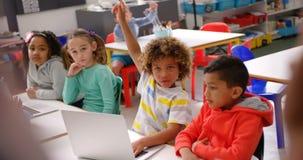 Unterrichtende Schulkinder des männlichen Lehrers im Klassenzimmer 4k stock video
