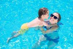 Unterrichtende Schwimmen Stockfoto