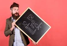 Unterrichtende stressige Besetzung Nehmen Sie es einfach Bärtiger Mann des Lehrers hält Tafel mit Aufschrift zurück zu Schulrot stockfotos
