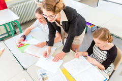 Unterrichtende Studenten des Lehrers Geografielektionen in der Schule Lizenzfreies Stockbild