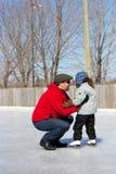 Unterrichtende Tochter des Vaters wie zum Eisrochen lizenzfreie stockfotos