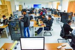 UNTERRICHTENDER des Netzes und der Wolke Datenverarbeitungsund Ausbildungsraum Lizenzfreie Stockbilder