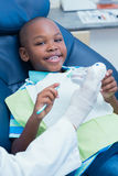 Unterrichtender Junge des Zahnarztes, wie man Zähne putzt Stockfoto