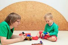 Unterrichtender Sohn des Vaters, zum von LKW zu reparieren Stockbilder