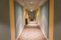 Unterrichtendes Gebäude und Quadrat Lizenzfreie Stockbilder
