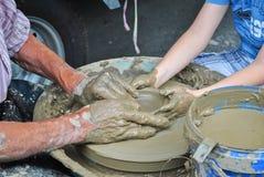 Unterrichtendes Kind des alten Handwerkers die Kunst von Tonwaren Stockfotos