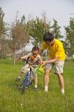 Unterrichtendes Radfahren stockbilder
