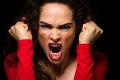 Unterscheiden Sie sich zusammenpressende Fäuste der verärgerten Frau