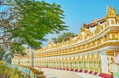 Unterscheidende Kolonnade von U Min Thonze Temple, Sagaing lizenzfreie stockfotos