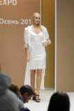 Unterschiedlich die Show Lingrie-Ausstellung moskau Junge Frau in weißem Nachthemd Blitz Desire Sexy Stockbild