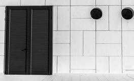 Unterschiedliche Ansicht über die Tür und die runden Fenster Lizenzfreies Stockfoto