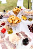 Unterschiedliche Art des Lebensmittels bei Tisch auf einem Hochzeitsfest Stockbild