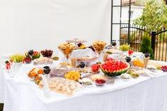 Unterschiedliche Art des Lebensmittels bei Tisch auf einem Hochzeitsfest Lizenzfreies Stockbild