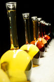 Unterschiedliche Art des Weins in den speziellen Flaschen Stockbilder