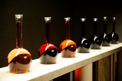 Unterschiedliche Art des Weins in den speziellen Flaschen Stockfoto