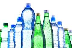 Unterschiedliche Art von den Flaschen, die Mineralwasser enthalten lizenzfreie stockfotos